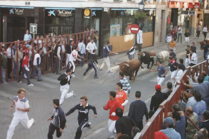 Running of the Bulls Encierro_calle_real_2005 By 2pac (Own work) , via Wikimedia Commons